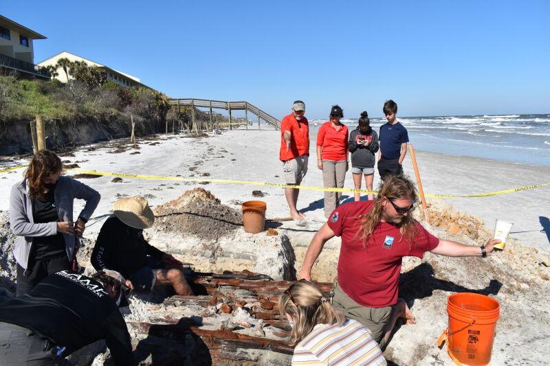 Naukowcy podczas prac przy odsłoniętej części wraku (St. Augustine Lighthouse & Maritime Museum)