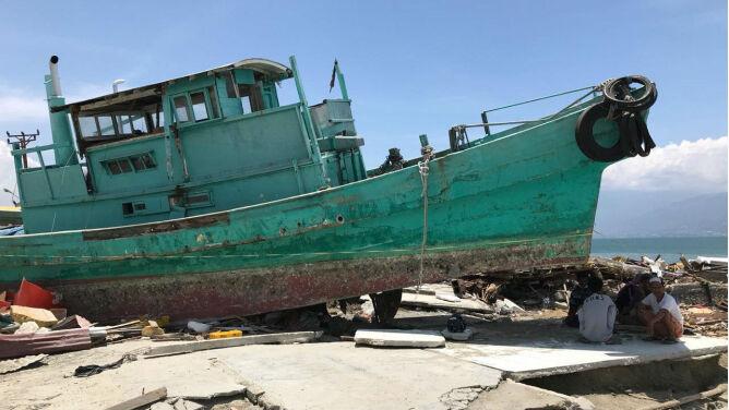 Główną ulicę prowadzącą przez Palu zablokowała łódź (fot. PAP/EPA)