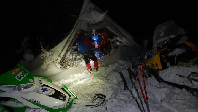 """Na pomoc czekali w górskim szałasie. """"Są wyczerpani wielogodzinnym torowaniem w śniegu"""""""