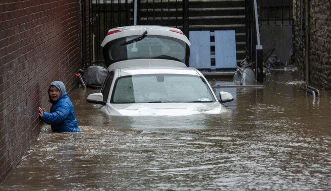 Powodzie w południowym regionie Walii (PAP/EPA/NEIL MUNNS)